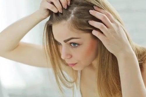 Femeie care vrea să știe de ce apare albirea părului