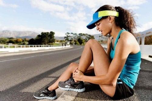 Femeie experimentând o durere de gleznă în timp ce aleargă