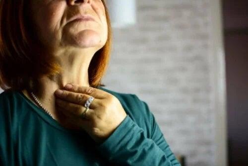 Femeie care suferă de laringită