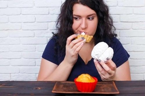 Femeie care mănâncă pe ascuns
