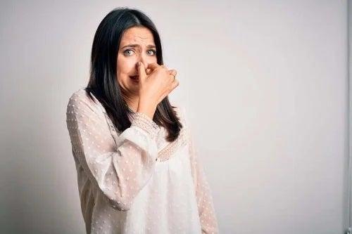 Femeie care simte un miros urât