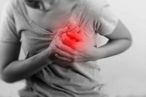 Femeie care suferă de sindromul inimii de vacanță