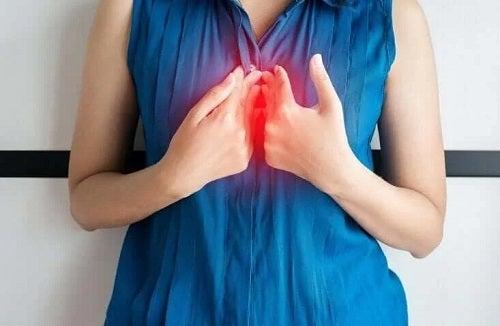 Femeie care se confruntă cu sughițul cronic