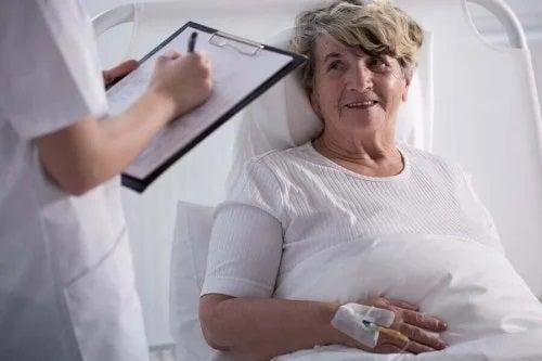 Pacientă care beneficiază de îngrijirea paliativă