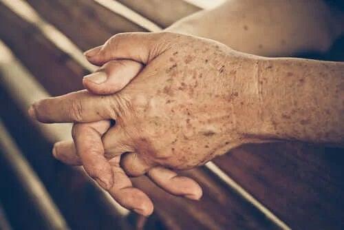Mâinile unui bătrân