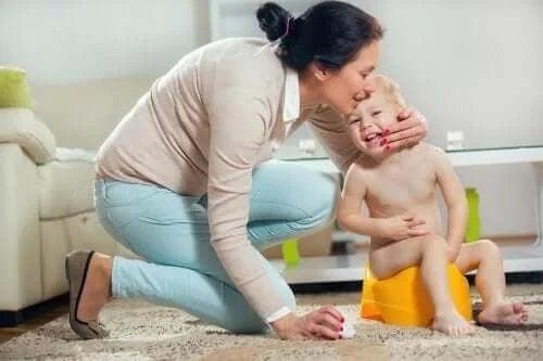 Mamă care își pupă copilul