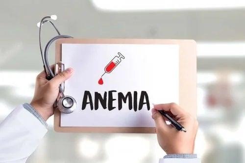 Medic care desenează cuvântul anemie pe o planșă