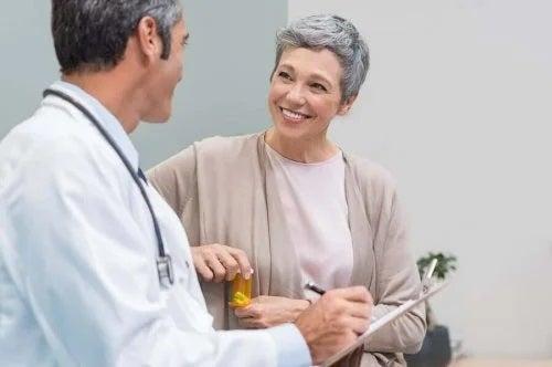 Medic dând sfaturi despre hormonul estrogen