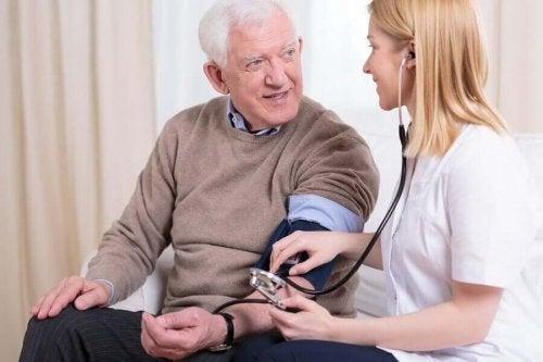 Medic discutând cu un pacient despre consumul excesiv de sare