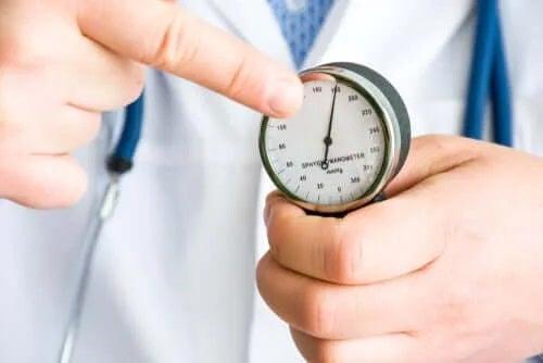 Medic care măsoară tensiunea arterială