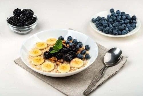 Smoothie bowl cu afine la mcul dejun