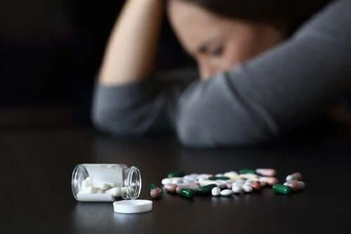 Persoană care doarme lângă medicamente