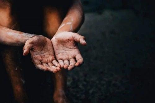 Persoană cu mâini murdare
