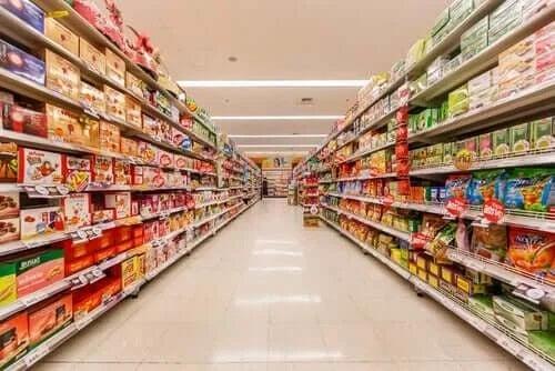 Rafturi de supermarket pline cu alimente