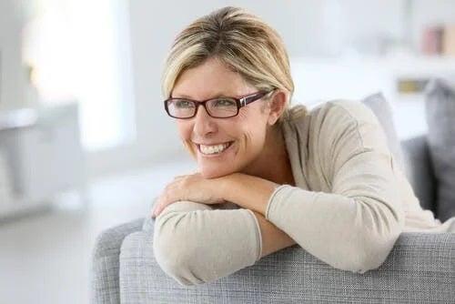 Femeie care resimte simptome ale perimenopauzei