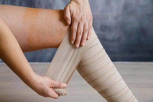 Cum să tratezi picioarele grele cu bandaje compresive