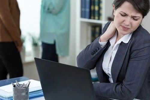 Femeie care vede cum e să ai o slujbă sedentară
