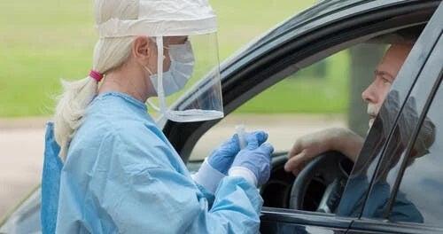 Asistentă care explică ce este PPE