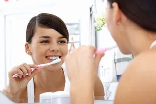 Femeie care știe ce bacterii există în gură