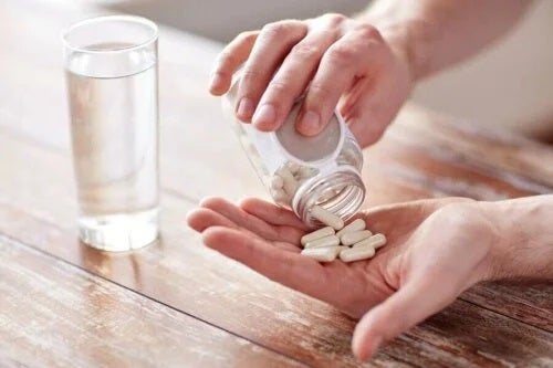 Bărbat care ia medicamente