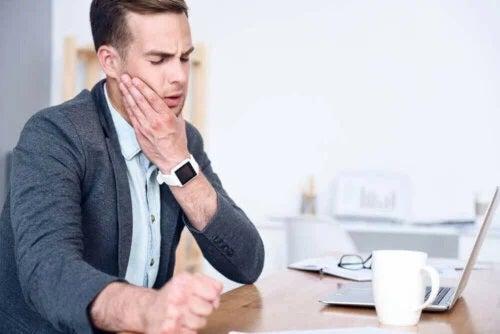 Bărbat cu sindromul tensiunii temporomandibulare