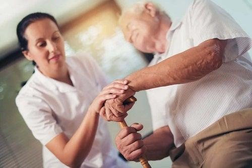 Bătrân care are nevoie de un tratament pentru sialoree