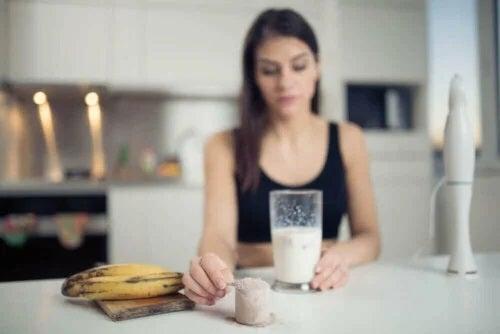 Fată care analizează beneficiile bananelor pentru atleți