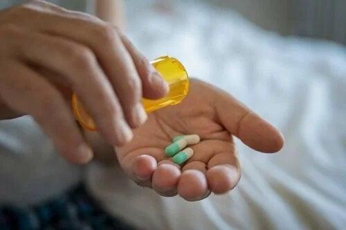 Bolnav care ia antibiotice pentru infecțiile tractului urinar