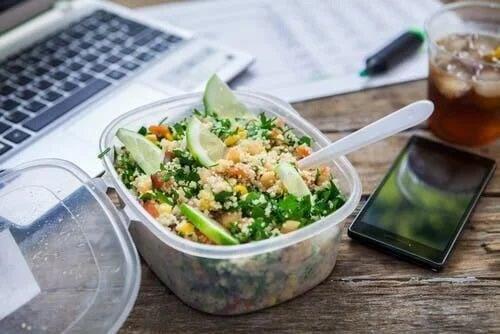 Casoletă cu salată servită la slujbă