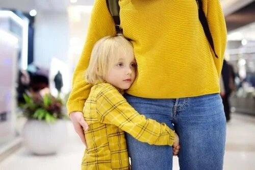 Copil care își ia în brațe mama