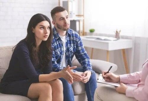 Cuplu care vrea să rezolve problemele în relație prin terapie
