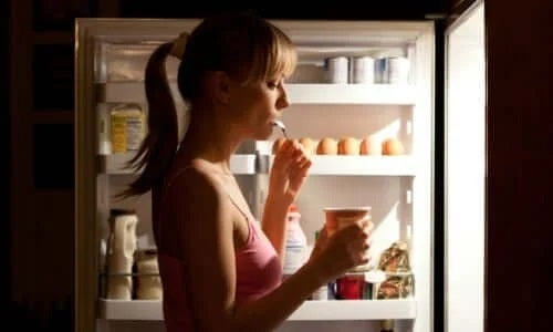 Femeie care nu respectă dieta pentru diabetul de tip 2