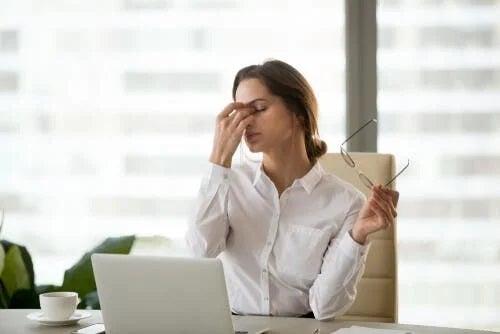 Angajată care resimte efectele ecranelor asupra ochilor