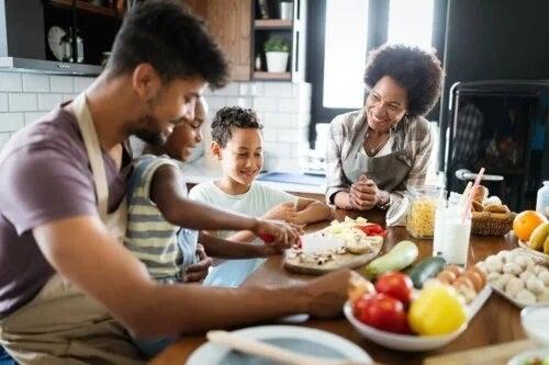 Familie la masă