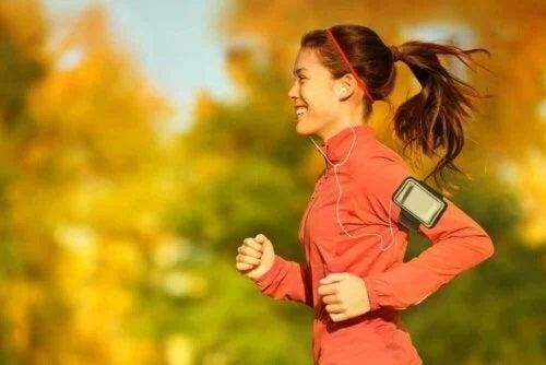 Fată care aleargă în parc