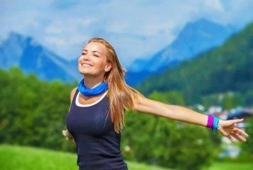 Fată fericită la munte