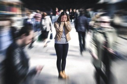 Fată care are un atac de panică