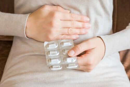 Femeie apelând la automedicația cu antibiotice