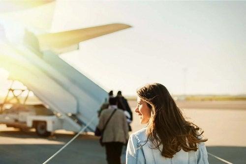 Femeie care urcă în avion
