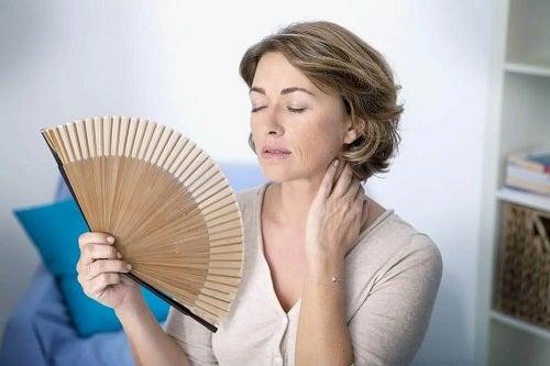 Femeie care simte bufeuri la premenopauză