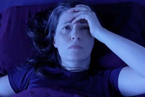 Femeie afectată de inerția de somn