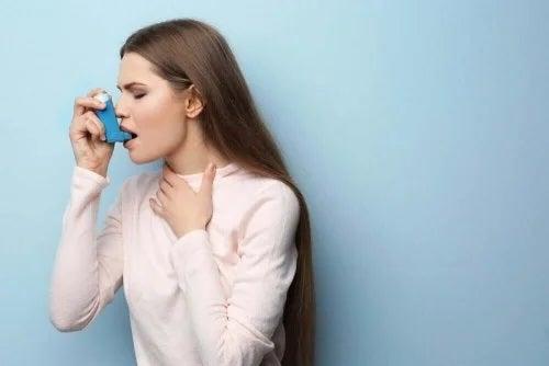 Femeie care folosește un inhalator