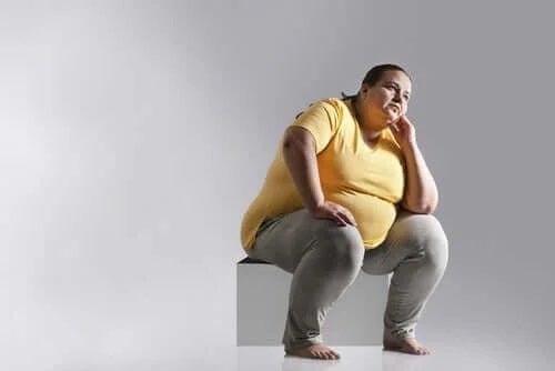 Femeie care suferă de obezitate
