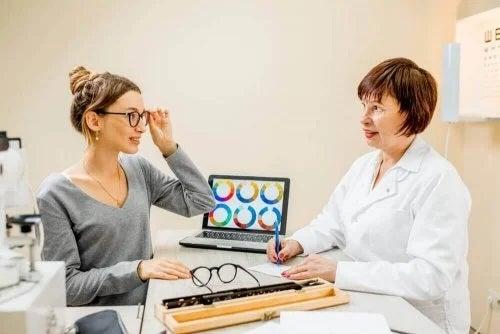 Femeie care probează ochelari