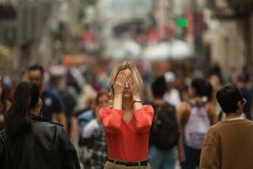 Care sunt simptomele agorafobiei?
