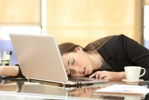Femeie care a adormit studiind tipuri de narcolepsie