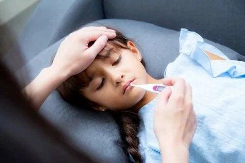 Fetiță care are febră