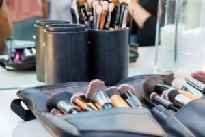 Sfaturi pentru a-ți menține geanta de cosmetice curată