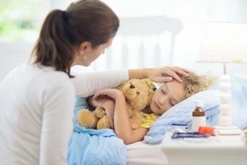 Mamă ce îngrijește copilul cu urticarie