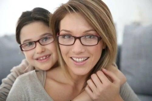 Mamă și fiică ce poartă ochelari